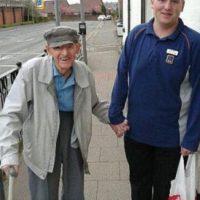 Un joven ayudó a un anciano de 90 años a cargar su paquete hasta su casa. Foto:vía Facebook