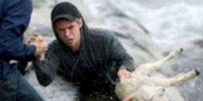 Este hombre salva a una cabra del mar. Foto:vía Tumblr