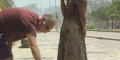Este hombre da sus zapatos a una desposeída Foto:vía Tumblr