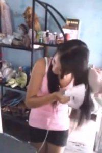 Acá, planchándose el pelo. Foto:vía Youtube/La Chiki 504