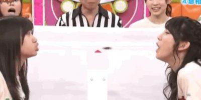 En el programa AK Bingo! estas dos concursantes tratan de que la otra no sople y les haga engullir una cucaracha. Foto:vía Youtube/Tv Nippon