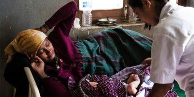 NEPAL: Mujer luchó para salir de los escombros y dar a luz