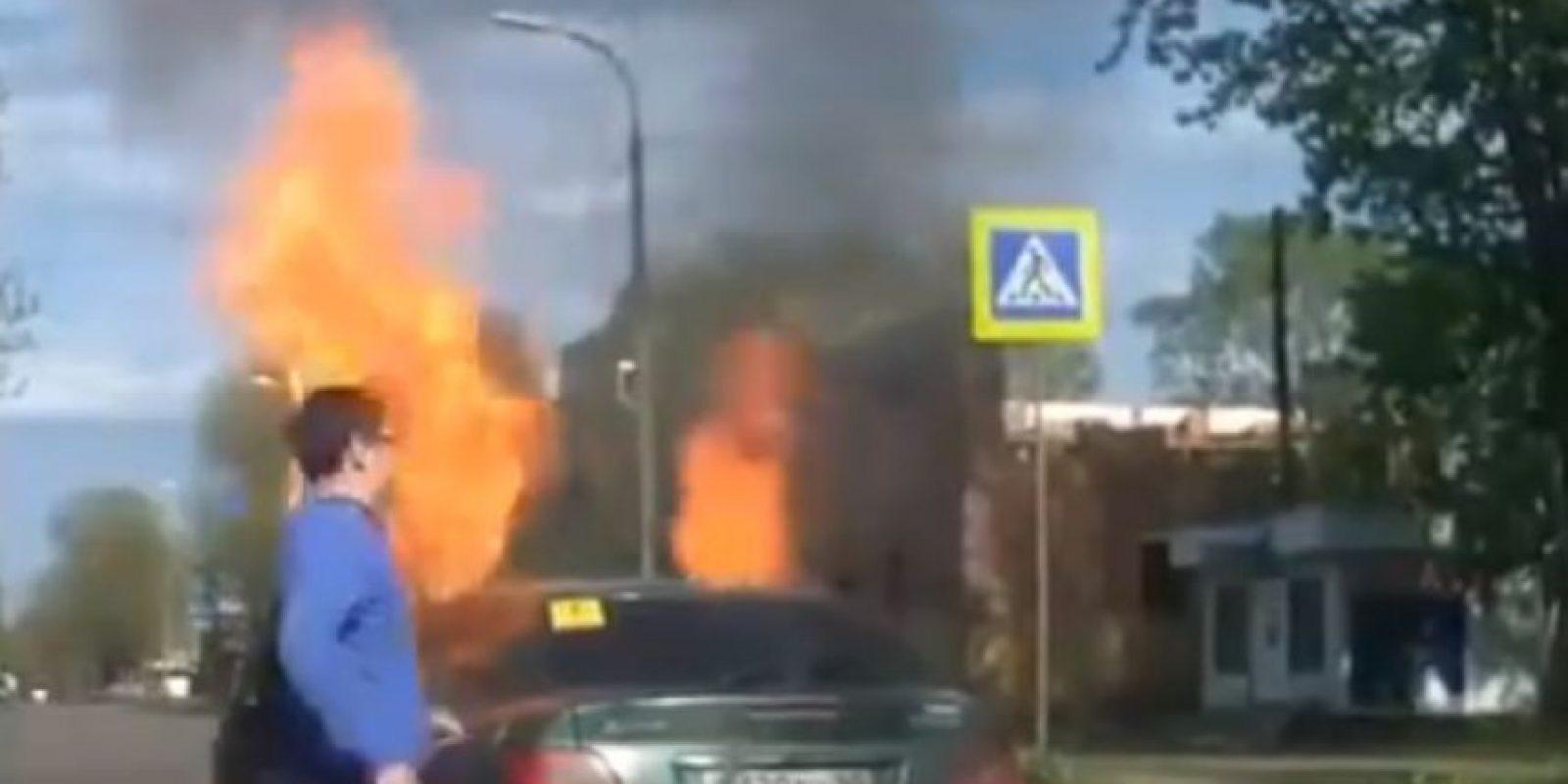 Un motor demasiado caliente puede ser fuente de que un auto se incendie, aunque para que el fuego se forme se necesita que el motor entre en contacto con algún líquido como el combustible, aceite o refrigerante. Foto:Vía Youtube / British Pathé