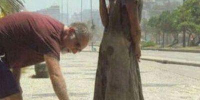 Este hombre da sus zapatos a una desposeída. Foto:vía Tumblr