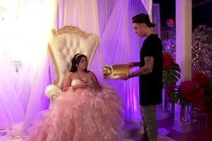 Además le regaló su vestido y tanto ella como su familia no pudieron contener las lagrimas con el emocionante momento Foto:FOX