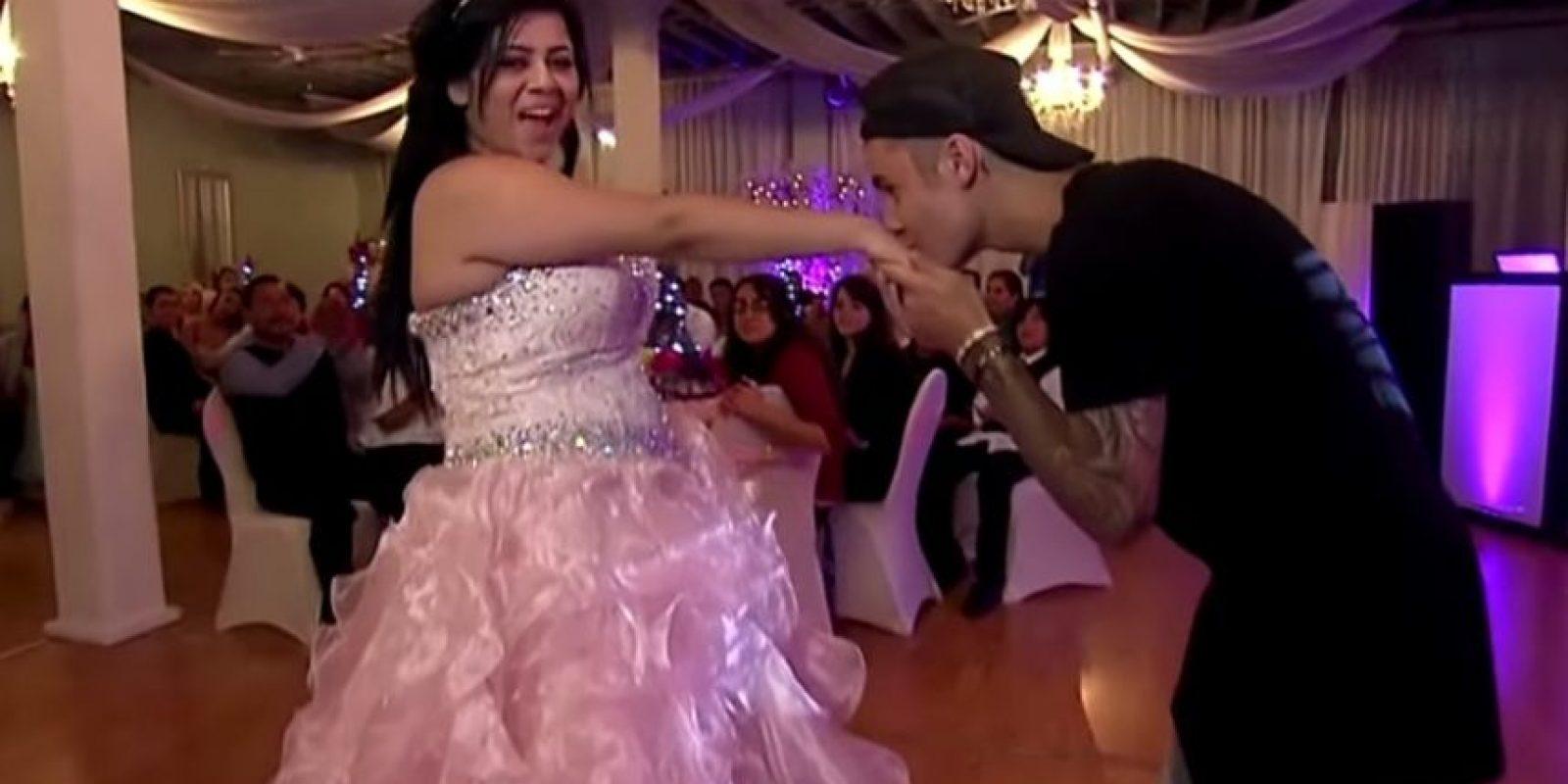 Ya en la celebración Bieber bailó con la quinceañera y se mostró realmente tierno con ella. Foto:FOX
