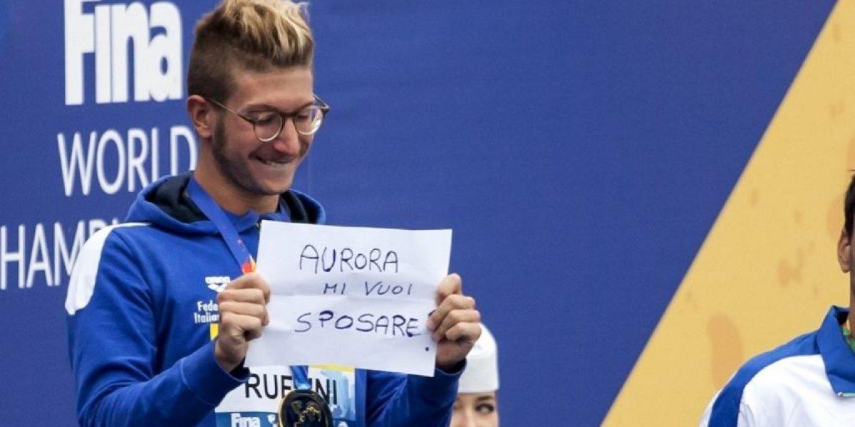 Nadador gana medalla de oro y propone matrimonio en el podio