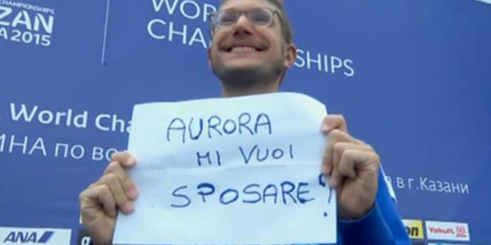 Este fue el cartel que mostró en el podio Foto:Vía Twitter