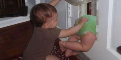 Unos bebés hacen travesuras con sus hermanos. Foto:Imgur