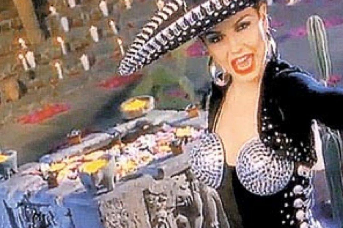 Eso solo le quedaba bien a Selena Quintanilla. Foto:vía VEVO/Thalia