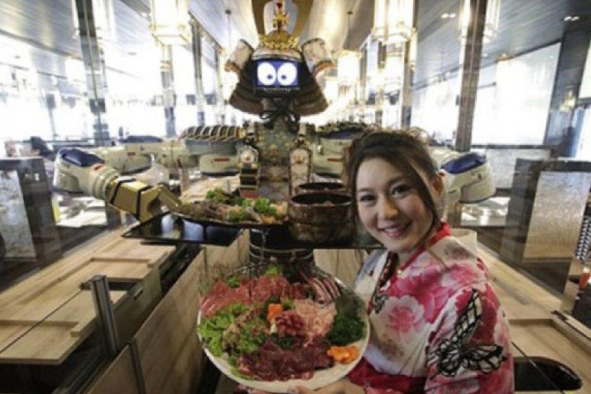 Hajime, Robot Camarero. La empresa Motoman fabrica componentes para la elaboracion de robots, con los que han creado este prototipo capacitado para trabajar en restaurantes. Foto:Tumblr