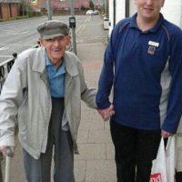 Este joven ayudó a un anciano a llevar su paquete hasta su casa. Foto:vía Facebook