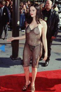 Rose McGowan, con un vestido que ya es un clásico. Foto:vía Getty Images