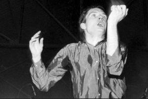 Ian Curtis, quien fue líder y cantautor del grupo Joy Division solía usar este tipo de vestimenta. Foto:Wikimedia
