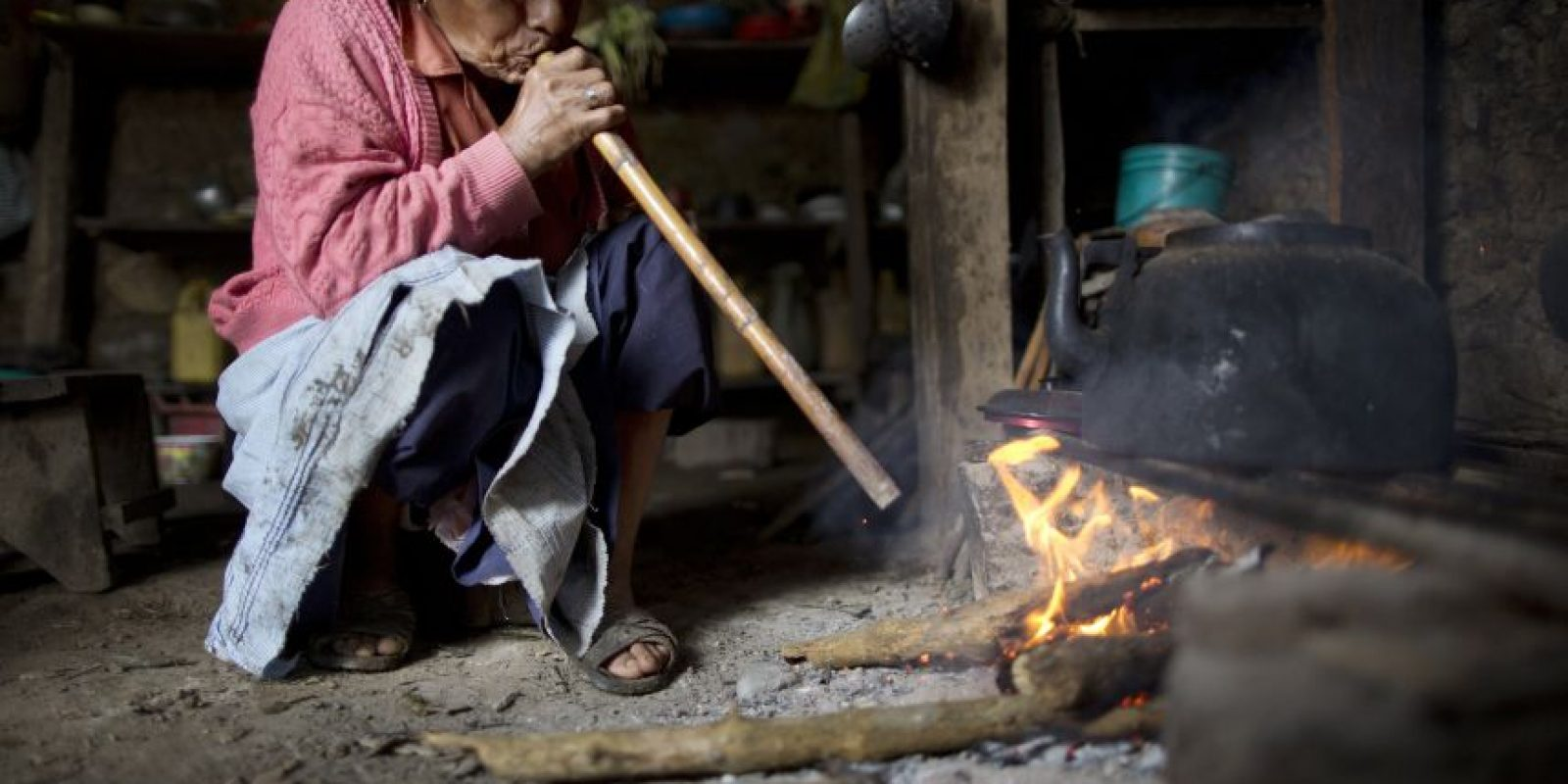En esta fotografía tomada el 15 de marzo de 2015, Rufina Gálvez sopla un bastón de caña para avivar el fuego mientras prepara un caldo de pollo para conmemorar el segundo aniversario de la muerte de su hijo, en La Mar, provincia de Ayacucho, Perú. Yuri, su hijo, la adoraba, la transportaba por Ayacucho en su motocicleta azul, le daba de comer, y se aseguraba que ella tuviera minutos para hablar por su teléfono celular, dice. Yuri era estudiante universitario, había conseguido el permiso de su padre para transportar coca y así terminar de pagar sus estudios de agronomía. En marzo de 2013, el cuerpo de su hijo fue encontrado boca arriba en un sendero de la montaña, con heridas de bala en la cabeza, el estómago y un brazo. Foto:AP Foto/Rodrigo Abd