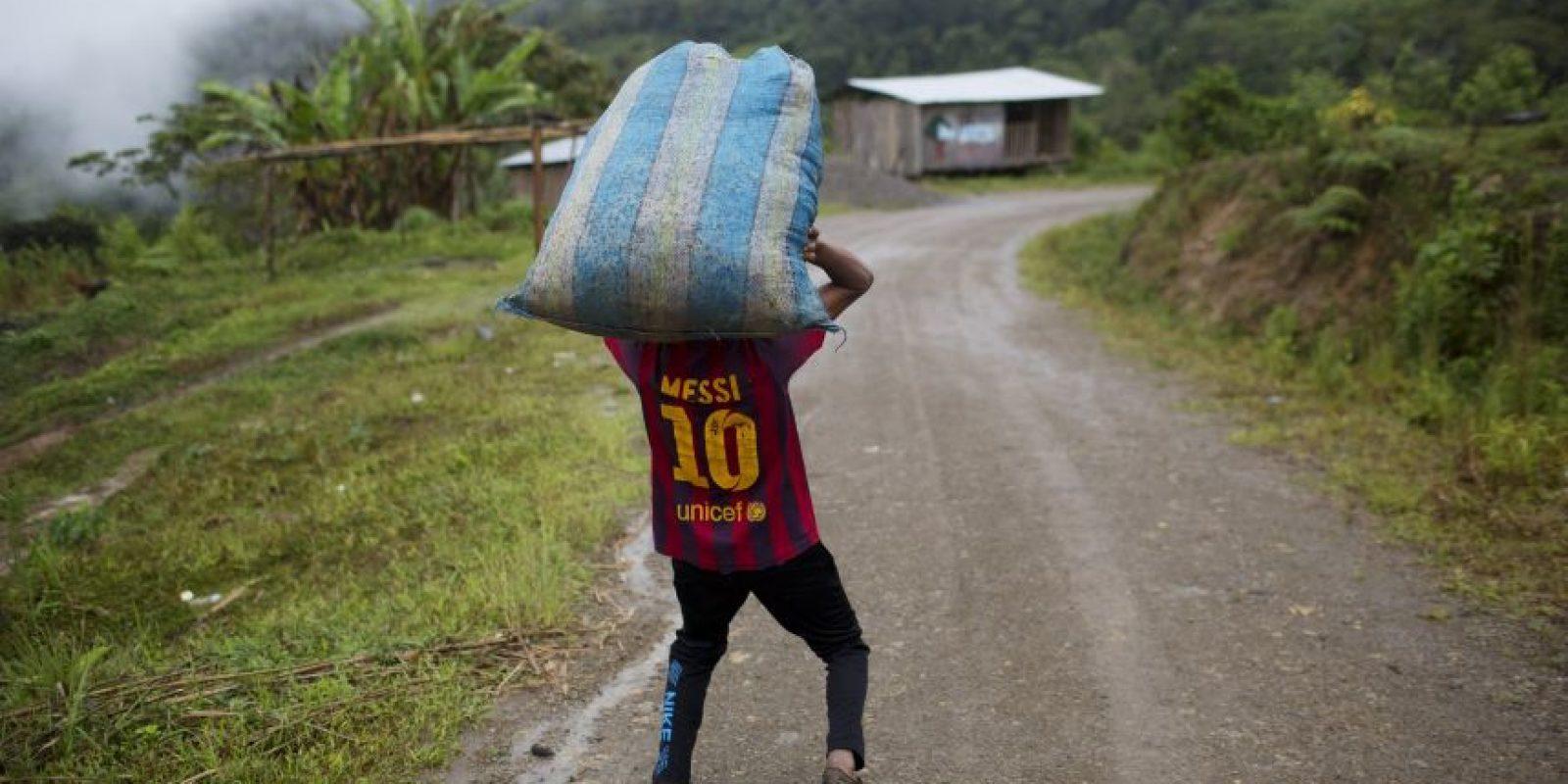 En esta imagen del 16 de marzo de 2015, Jhorlis Huallpa, de 17 años, carga un saco de lonas que se emplearán para secar hojas de coca en La Mar, provincia de Ayacucho, Perú. Cargar cocaína para sacarla del valles una de las pocas formas de ganar un sueldo decente en esta región olvidada, donde un campesino gana menos de 10 dólares al día. Además de cobrarse vidas jóvenes, esta costumbre ha llenado las prisiones peruanas de mochileros mientras sus jefes eluden la encarcelación. Foto:AP Foto/Rodrigo Abd