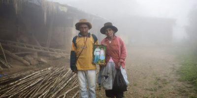 En esta fotografía tomada el 15 de marzo de 2015, Julio y Rufina Gálvez sostienen un retrato de su difunto hijo Yuri, afuera de su casa, en la provincia de La Mar, en Ayacucho, Perú. El estudiante universitario de 25 años consiguió el permiso de su padre para transportar cocaína en su mochila y así poder pagar sus estudios de agronomía, dice su madre. El cuerpo de Yuri fue encontrado boca arriba en un sendero montañoso, con heridas de bala en la cabeza, el estómago y un brazo, en el periplo en el que intentaba contrabandear la droga en marzo de 2013. Foto:AP Foto/Rodrigo Abd