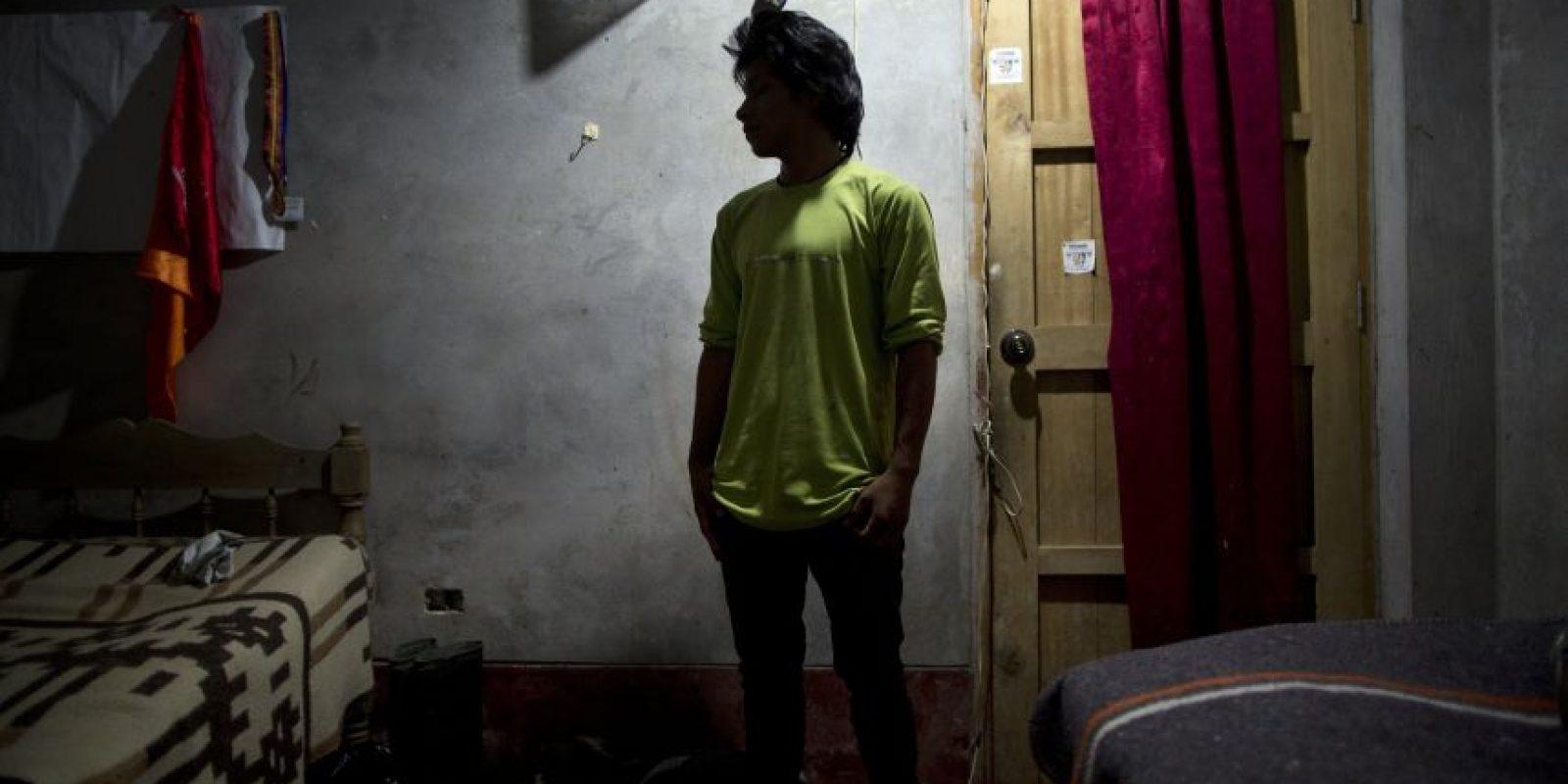 En esta fotografía tomada el 14 de marzo de 2015, Mardonio Borda, de 19 años, posa para una retrato durante una entrevista realizada en el poblado de La Mar, provincia de Ayacucho, Perú. Este indígena quechua que habla un español entrecortado y que completó el sexto grado de educación, es uno de cientos de mochileros que transportan cocaína recorriendo un camino difícil y peligroso por senderos montañosos de Los Andes, que primero fueron abiertos por sus antepasados pre-incas. Foto:AP Foto/Rodrigo Abd