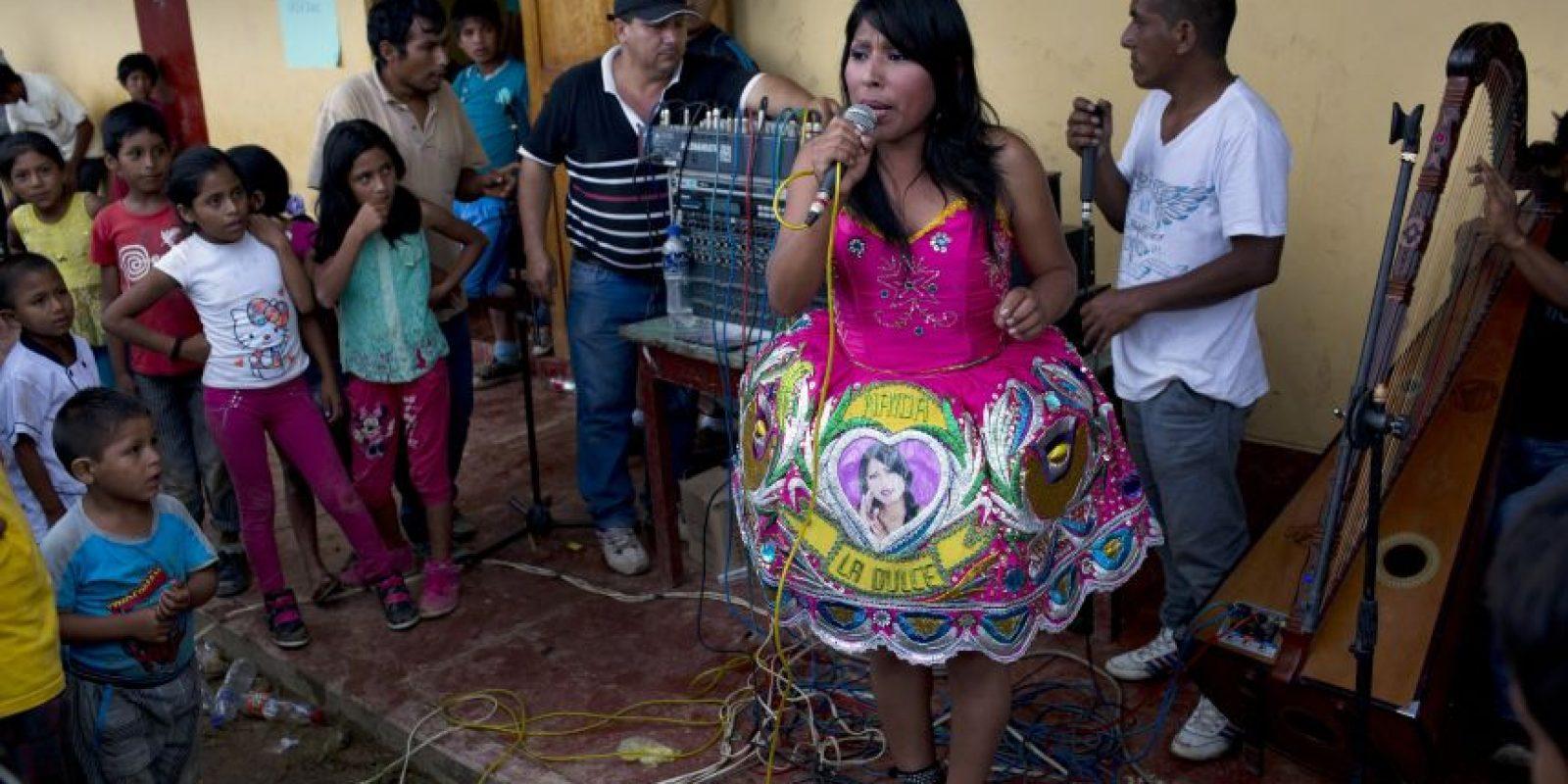 En esta fotografía del 15 de marzo de 2015, la cantante de huayno Nanda la Dulce canta durante un torneo de fútbol en La Mar, provincia de Ayacucho, Perú, localizada en el remoto Valle del Río Apurimac, Ene y Mantaro, donde se origina 60% de la producción de cocaína de Perú. El huayno es la música folclórica tradicional andina. Foto:AP Foto/Rodrigo Abd
