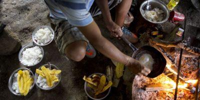 En esta imagen del 13 de marzo de 2015, Donato fríe un huevo sobre una hoguera para su desayuno de arroz y plátano, antes de comenzar su trabajo en los campos de coca en La Mar, provincia de Ayacucho, Perú. En torno a un tercio de las 305 toneladas de cocaína que el gobierno estadounidense calcula se producen cada año en Perú se transportan a pie con mochileros que cargan la mercancía a la espalda. Foto:AP Foto/Rodrigo Abd