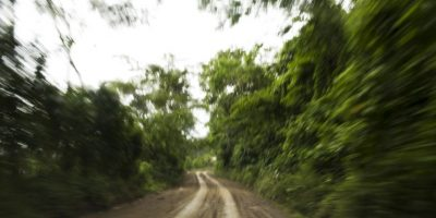 En esta imagen del 16 de marzo de 2015, una carretera rural en La Mar, provincia de Ayacucho, Perú. Aunque las autoridades dicen que la mayoría de la droga de la región sale ahora por aire, los mochileros resultan fiables en la temporada de lluvias, más baratos que contratar un piloto y un avión, y resultan claves para evitar los controles de policía. Los mochileros llevan casi dos décadas transportando cocaína de esta forma. Foto:AP Foto/Rodrigo Abd