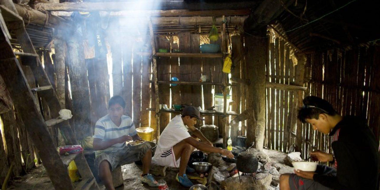 En esta imagen del 13 de marzo de 2015, de izquierda a derecha, Donato, Delfín y Jony desayunan antes de comenzar su día de trabajo en los campos de coca, en La Mar, Ayacucho, Perú. El comercio peruano de cocaína está muy descentralizado, gestionado por decenas de grandes familias que venden a representantes de cárteles extranjeros. Foto:AP Foto/Rodrigo Abd