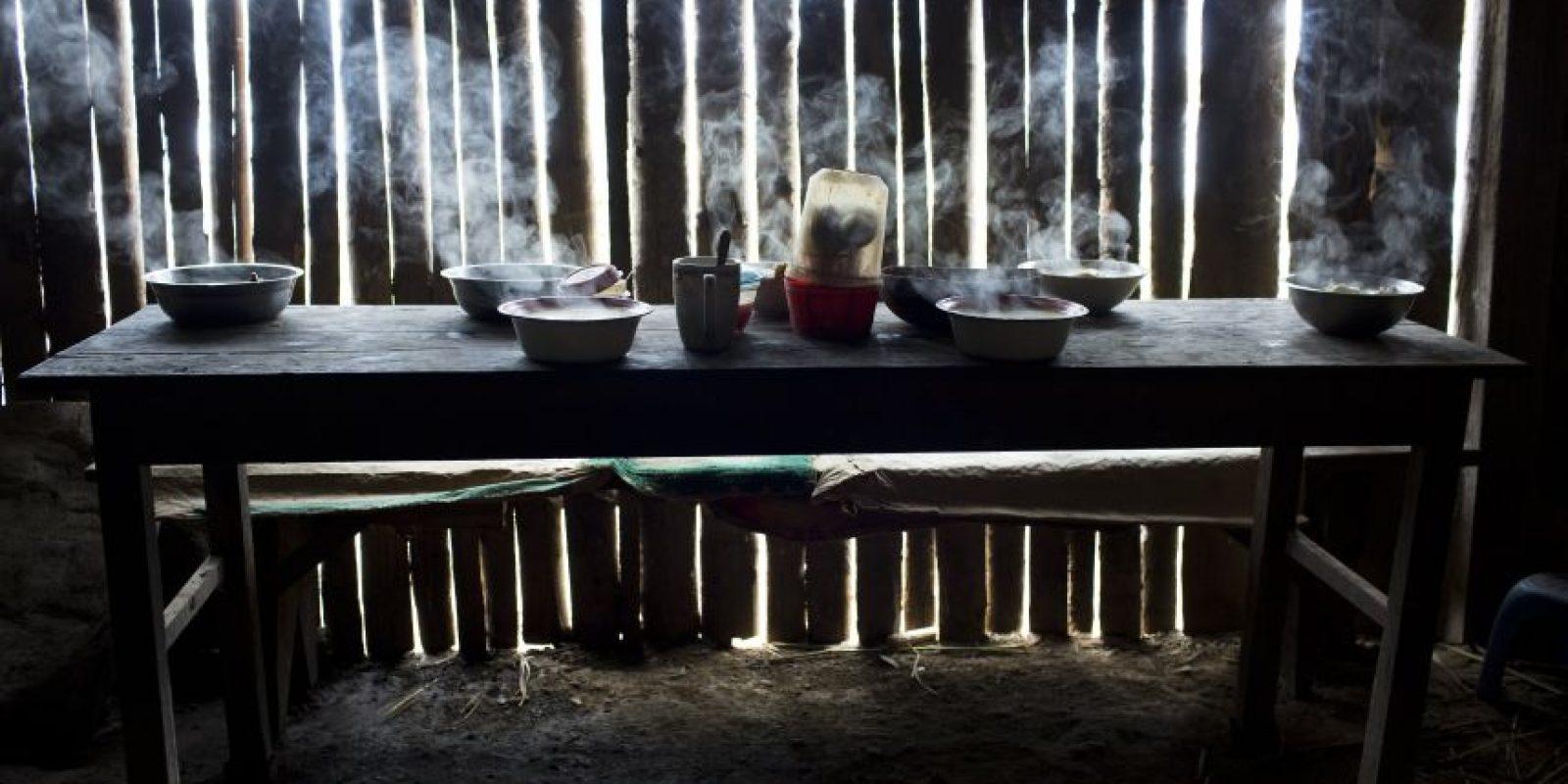 n esta imagen del 15 de marzo de 2015, cuencos humeantes con sopa de pollo colocados sobre la mesa para una comida especial en el segundo aniversario de la muerte del mochilero de cocaína Yuri Gálvez, en La Mar, provincia de Ayacucho, Perú. Gálvez, de 25 años, fue hallado muerto después de un viaje de contrabando con otros dos mochileros. Foto:AP Foto/Rodrigo Abd