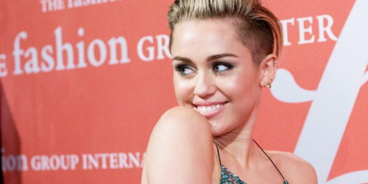 FOTO. Miley Cyrus hace una pose de Yoga y sus senos roban la atención