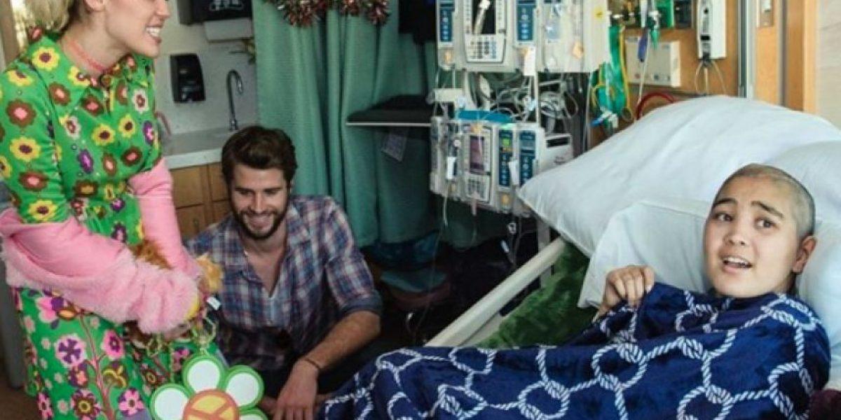 Miley Cyrus y Liam Hemsworth hacen una visita sorpresa a un hospital de niños