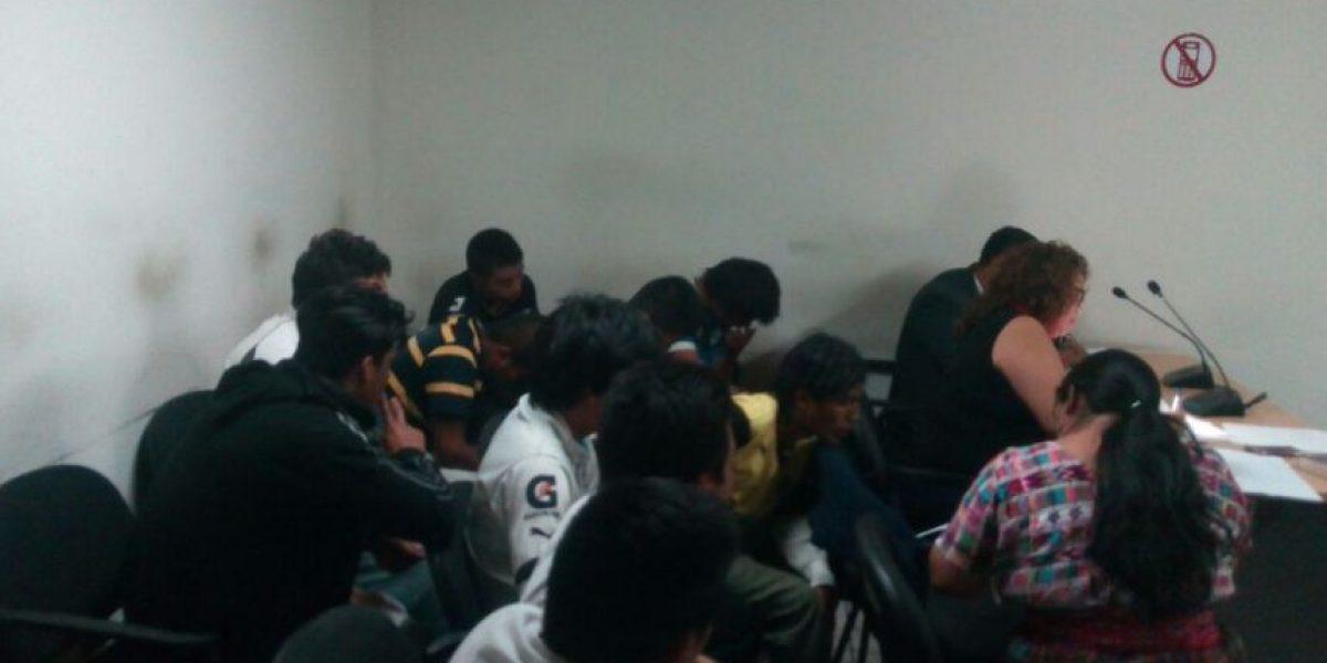 """Fianzas de Q1 mil y arresto domiciliar a 59 aficionados """"cremas"""" detenidos por los disturbios en La Antigua Guatemala"""
