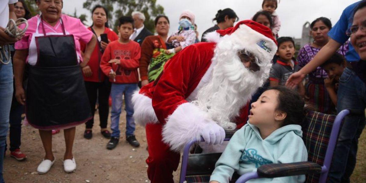 Santa Claus llega en helicóptero para regalar alegría a niños del Hospital San Juan de Dios