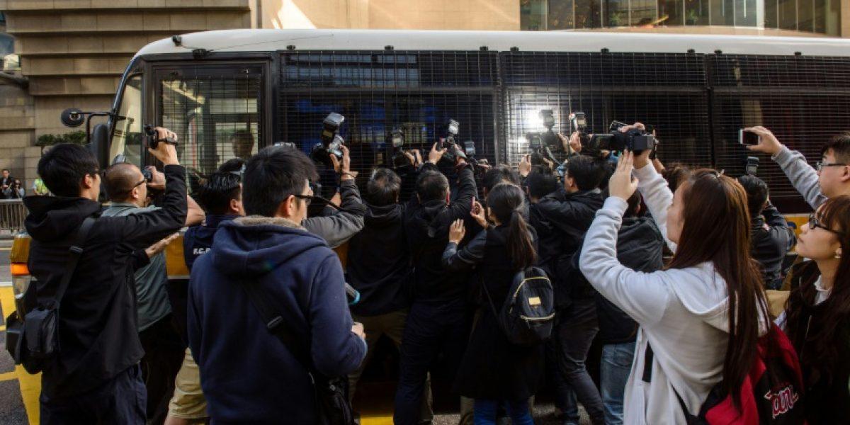 Condenan a dos años a 7 policías por agredir a un manifestante en Hong Kong