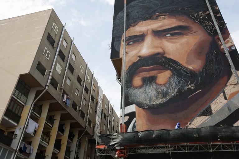 Fotos crean un impresionante mural de maradona en n poles for El mural trailer
