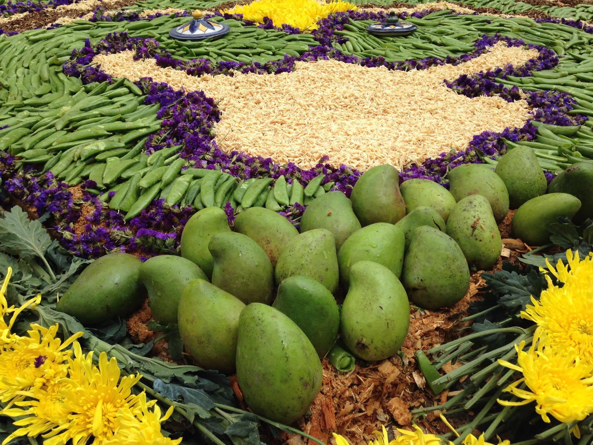 Alfombra hecha con mangos en la Antigua Guatemala
