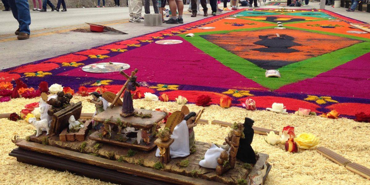 EN IMÁGENES. Frutas y verduras frescas en la alfombra del Nazareno