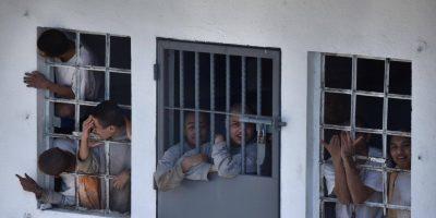 VIDEO. Internos amenazan con entregar quemados a los monitores retenidos