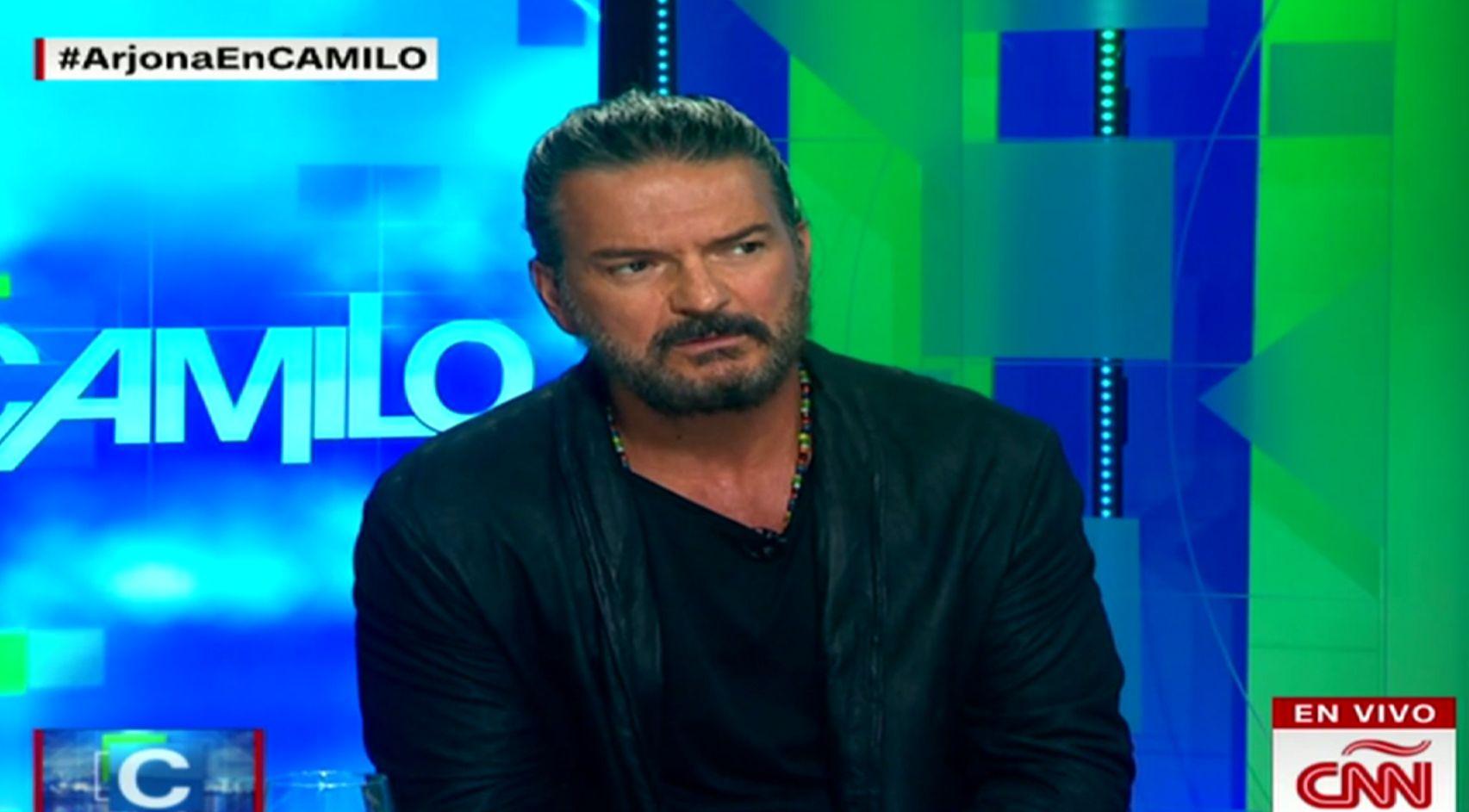 Arjona se enojó y se retiró de una entrevista con la CNN