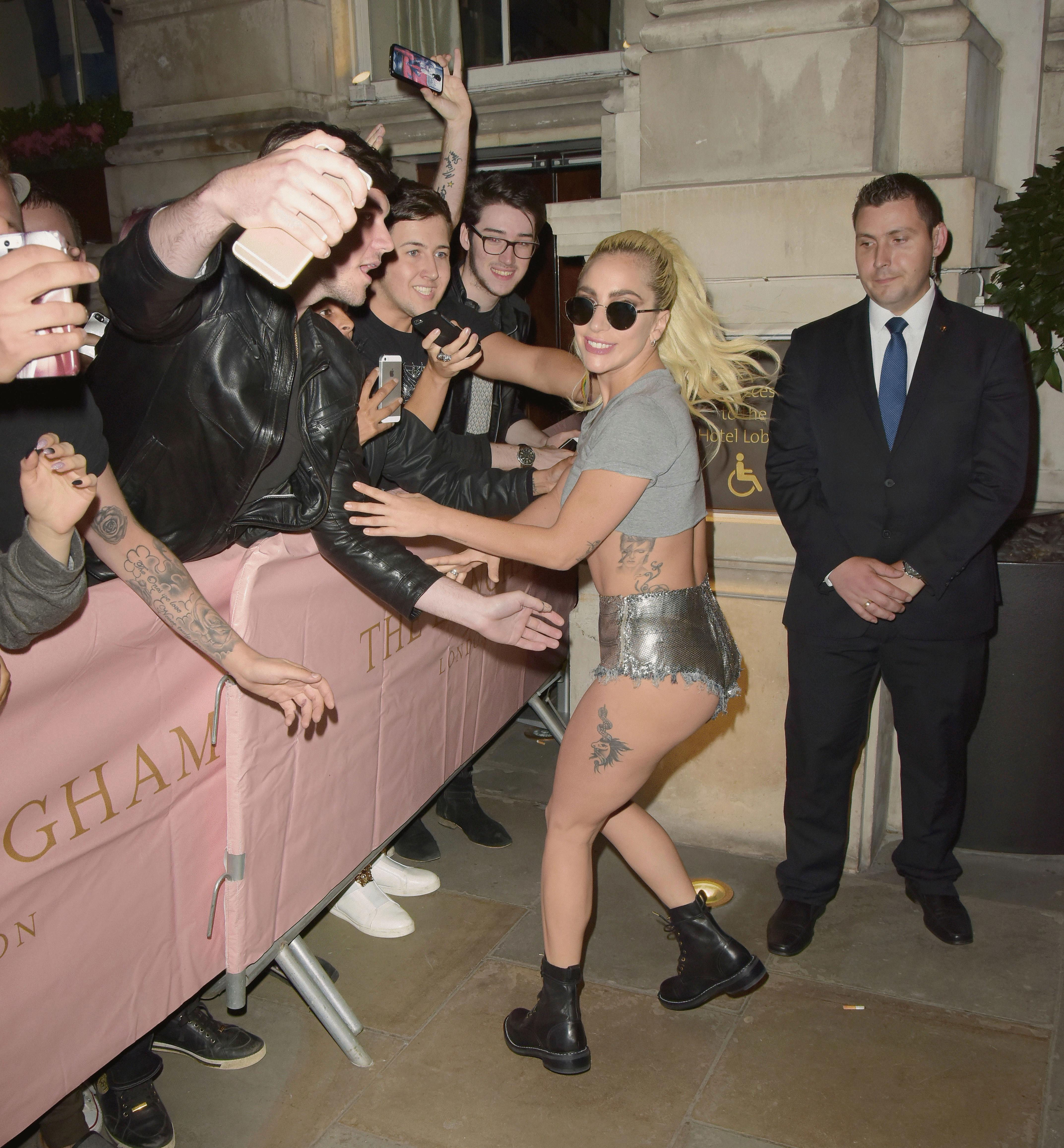 Lady Gaga fue retratada en las calles de Londres con un outfit de estilo