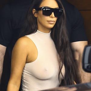 kim kardashian sin ropa interior