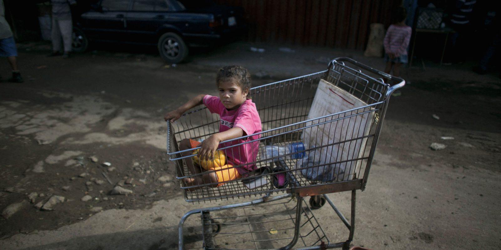 La foto más triste: En Venezuela los bebés nacen en cajas de cartón. Imagen Por: AP