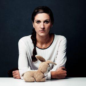 """3. Conejo de peluche. Sejla, de 33 años, huyó de Bosnia """"Cuando era una niña, mi padre a menudo iba a viajar a África para el trabajo. Una vez, cuando yo tenía tres años, yo le había pedido que me trajera un mono real, pero él me trajo un conejo de peluche que había comprado en el aeropuerto de Zurich. Llevé ese conejito en todas partes """"."""