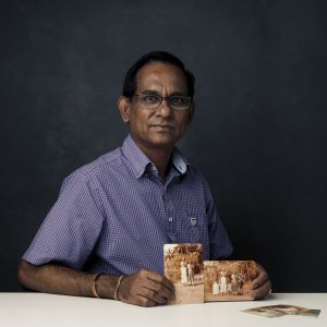 """4. Fotos Vinasithamby, de 64 años, huyó de Sri Lanka """"Tuve que abandonar nuestra casa en Sri Lanka en 1984. Caminé la mayor parte del trayecto, pero con el fin de llegar a Suiza tomé un barco, un avión y un tren también. Yo no era capaz de cargar mucho conmigo, además de la ropa que tenía puesta. Ya que tenía que dejar atrás a mi familia, estas fotos fueron las únicas cosas que eran importantes para mí, y por suerte pude llevarlas conmigo """"."""