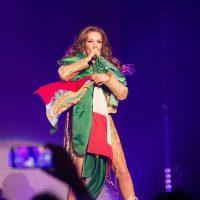 Thalía se avienta a los brazos de sus seguidores tras ser llamada #LadyBájate. Imagen Por: Instagram