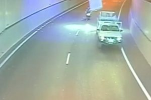 ¡Milagro! Motociclista se salva de impacto de un 'colchón volador'