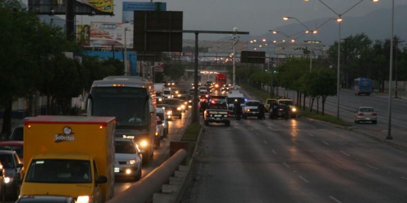 """Se informó que los criminales despojaron a al menos 60 automovilistas y choferes que circulaban por el lugar de sus vehículos. Foto:Los """"tapados"""" retuvieron 60 vehículos para organizar los bloqueos / Foto: Jesús Padilla"""