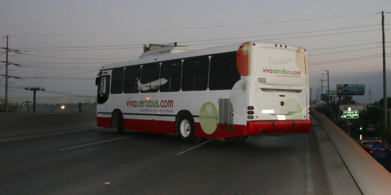 Foto:En algunos puntos, los ciudadanos tuvieron que organizarse para empujar los camiones y liberar las vialidades / Foto: Jesús Padilla