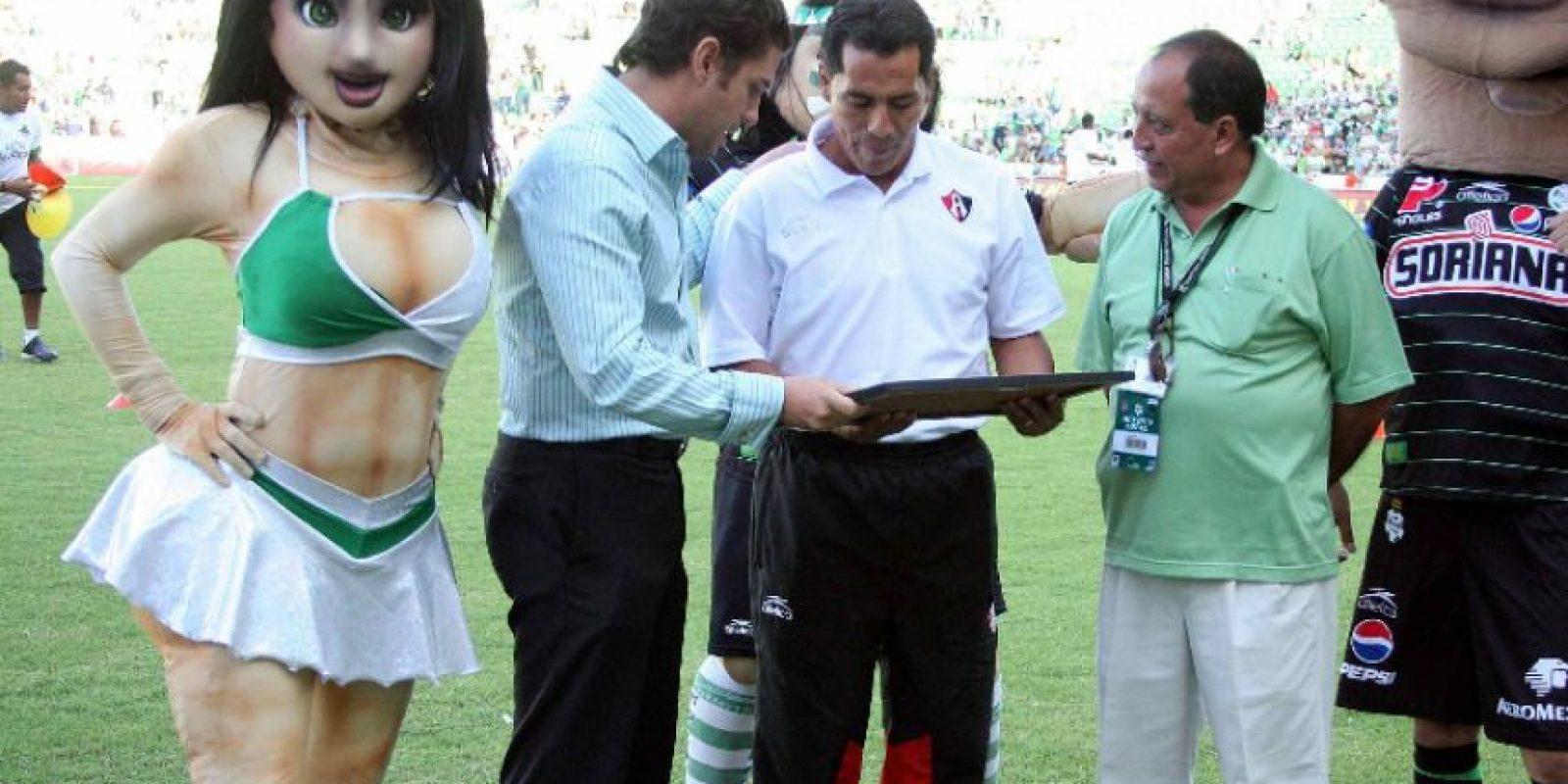 Foto:Homenajean a Benjamín Galindo… con goliza / MexSport