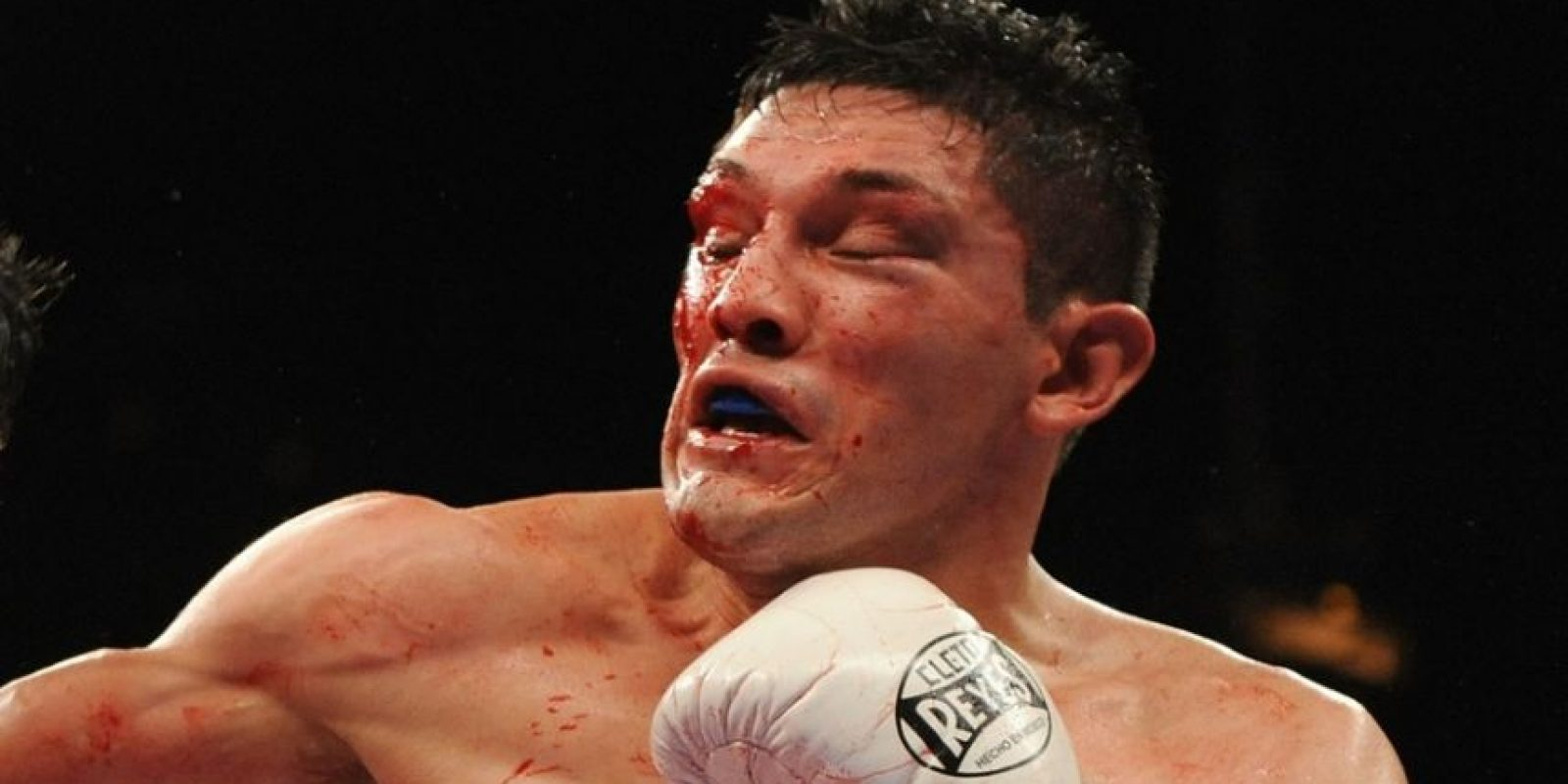 Foto:David Díaz dejó en las manos de Pacquiao su cinto ligero del CMB. El tagalo fue muy superior al mexico-americano y lo noqueó técnicamente en 9 rounds / Getty