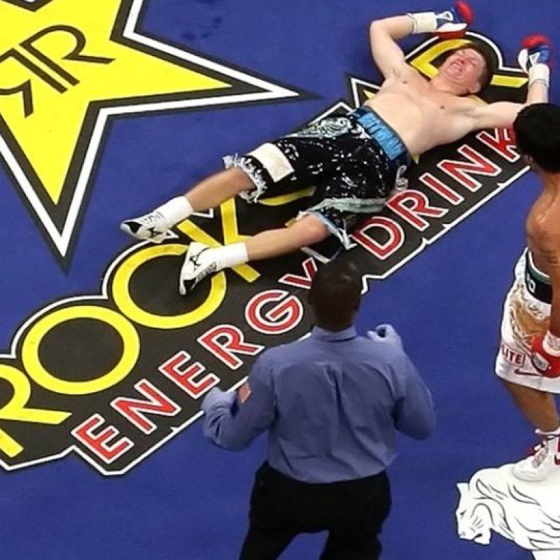 Foto:Manny Pacquiao noquea a Ricky Hatton. Aunque no quedó desfigurado, su mente se colpasó sobre la tarima / Getty