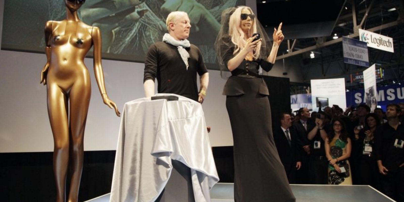 """Sólo así podría """"vestir"""" un maniquí Gaga. Véale los pechos Foto:AP"""